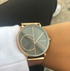 Reloj con pulsera metálica color rosa dorado