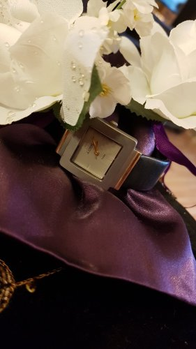 Reloj con pulsera de cuero negro-color plata