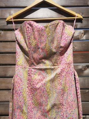 Das trägerloses sexy Mini Kleid mit Stäbchen im Oberteil und Herzausschnitt