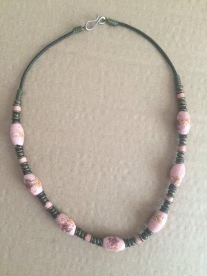 Dekorative Halskette mit ausgefallenen Perlen