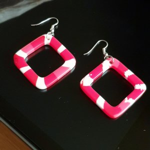 Boucle d'oreille incrustée de pierres blanc-rouge