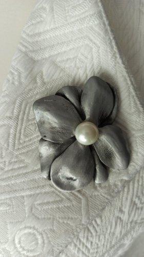 Designer Trend Brosche & Anhänger 2-in-1 Blüte Blume Perle Grau Anstecknadel