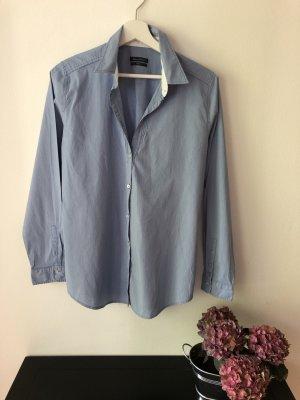 Die klassische Hemdbluse von Marc'O Polo, helleres Blau mit weißem Kragenakzent