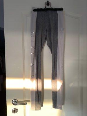 Die Leggins ist in der Größe XS von Nike.