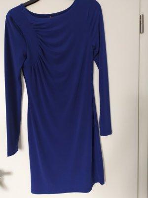 Dieses schöne dunkel lila Kleid aus leichtem Stoff