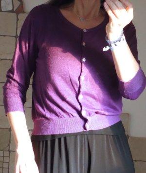Dolce Vita, Leinen Strickjacke, Feinstrick, leichtes Sommerjäckchen, Westchen, sommerlich leichter Strick, 3/4 Arm, 100% Leinen, violett, Perlmuttknöpfe, taillienkurz, Bündchen, Rundhals, angenehm zu tragen, neuwertig, Gr. M Gr. 38/40
