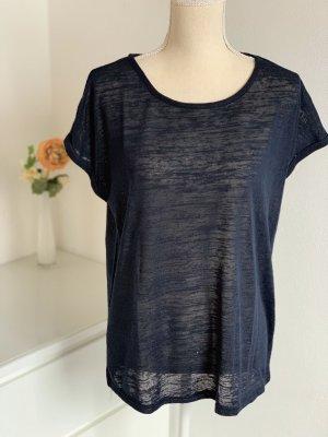 Dünnes dunkelblaues T-Shirt
