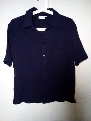 dunkelblaue Bluse mit kleinen Seitenschlitzen