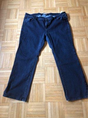 Dunkelblaue Jeans mit auffälligem Bein