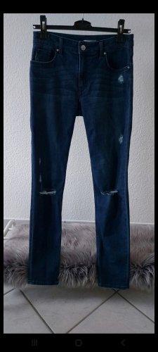 Dunkelblaue Jeans mit Cut Out's an den Knien