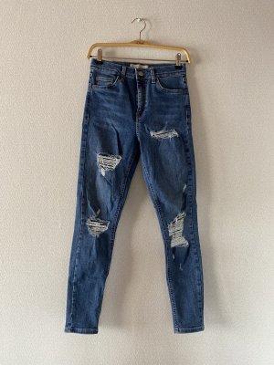 Dunkelblaue Jeans mit Löchern