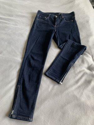 Dunkelblaue Jeans mit Reißverschlüssen am Hosenbein
