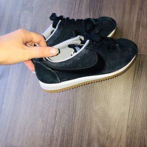 Dunkelblaue Nike Sportschuhe
