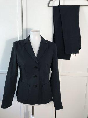Dunkelblauer Anzug