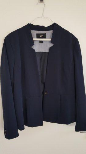 Dunkelblauer Blazer von H&M, tailliert, etwas kürzer, Größe 44