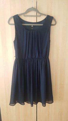 Dunkelblaues ärmelloses Kleid