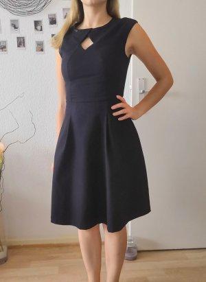 Dunkelblaues Business Kleid mit Aussicht