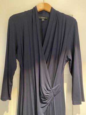 Dunkelblaues Jerseykleid im Wickelstil