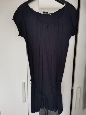 Dunkelblaues Kleid mit Biesen