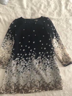 Dunkelblaues Kleid mit Blümchen