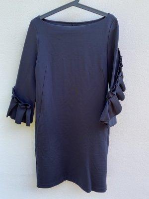 Dunkelblaues Kleid mit Origami-Ärmeln
