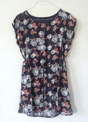 Dunkelblaues Kleid mit Rosen