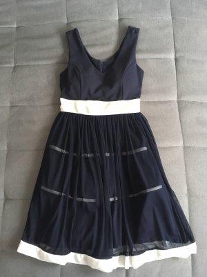 Dunkelblaues Kleid mit weißen Streifen