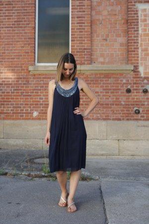 Dunkelblaues paillettenbesetztes kleid