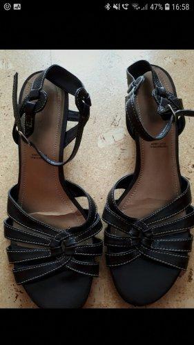 Dunkelbraune Sandalen mit kleinem Absatz