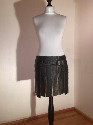 dunkelbrauner Mini-Lederrock mit beigen Falten