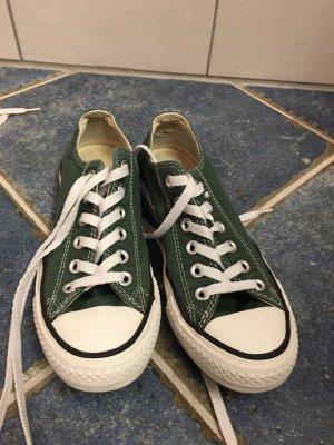 Dunkelgrüne Converse