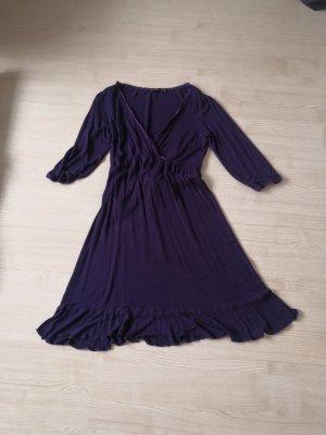 Dunkellila Kleid mit Rüschen und V-Ausschnitt