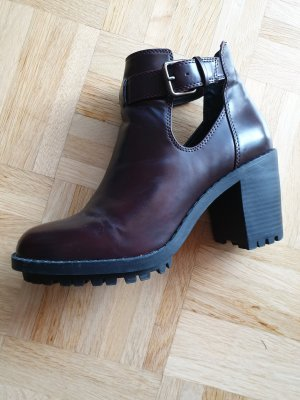 Dunkelrote Cut-out Ankle Boots