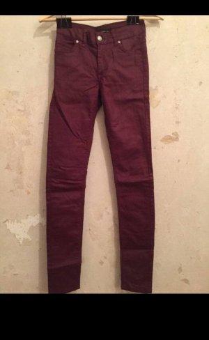 Dunkelrote gewachste Jeans