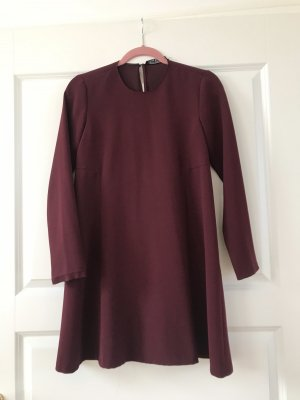 Dunkelrotes Kleid