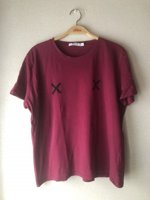 Dunkelrotes Tshirt
