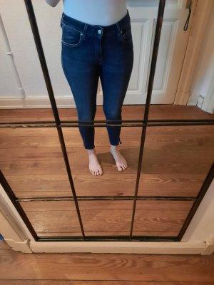 dunkle Reiko Jeans mit Saum Detail