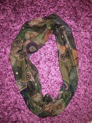 Dunkler Schal