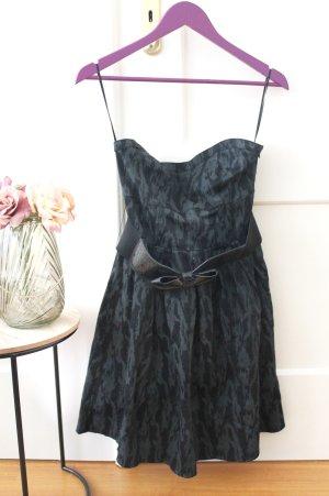Dunkles Kleid im Petticoat Stil