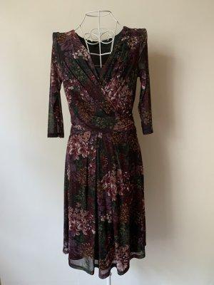 Dunkles Kleid mit lila/Pinien Blumen von Zero