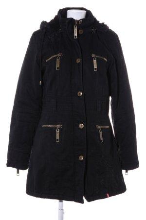 Abrigo con capucha negro look casual