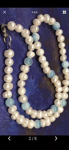 Collar de perlas blanco-azul neón