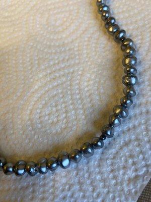 Collier gris-bleu foncé