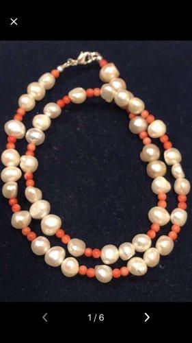 Collier de perles blanc-rouge carmin