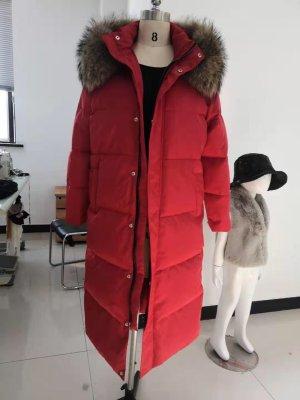 Manteau en duvet rouge foncé