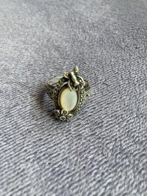 Srebrny pierścionek srebrny-kremowy