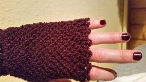 Gants en tricot violet-brun pourpre
