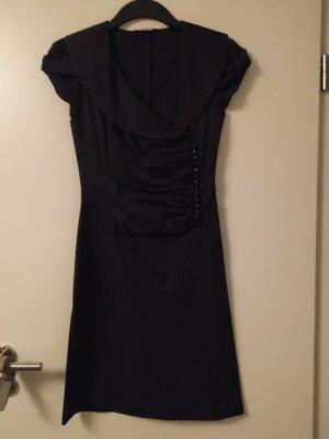 Edles Kleid mit raffinierten Kopf Details
