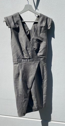 Edles, perlgraues Kleid in Wickeloptik mit betonten Schultern