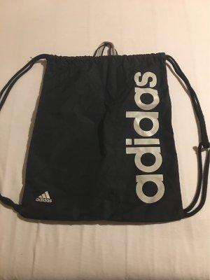 Ein Adidas Sportbeutel